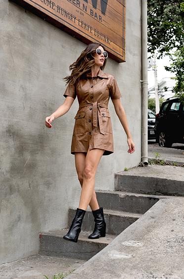 Marina Theiss usa vestido Leather!